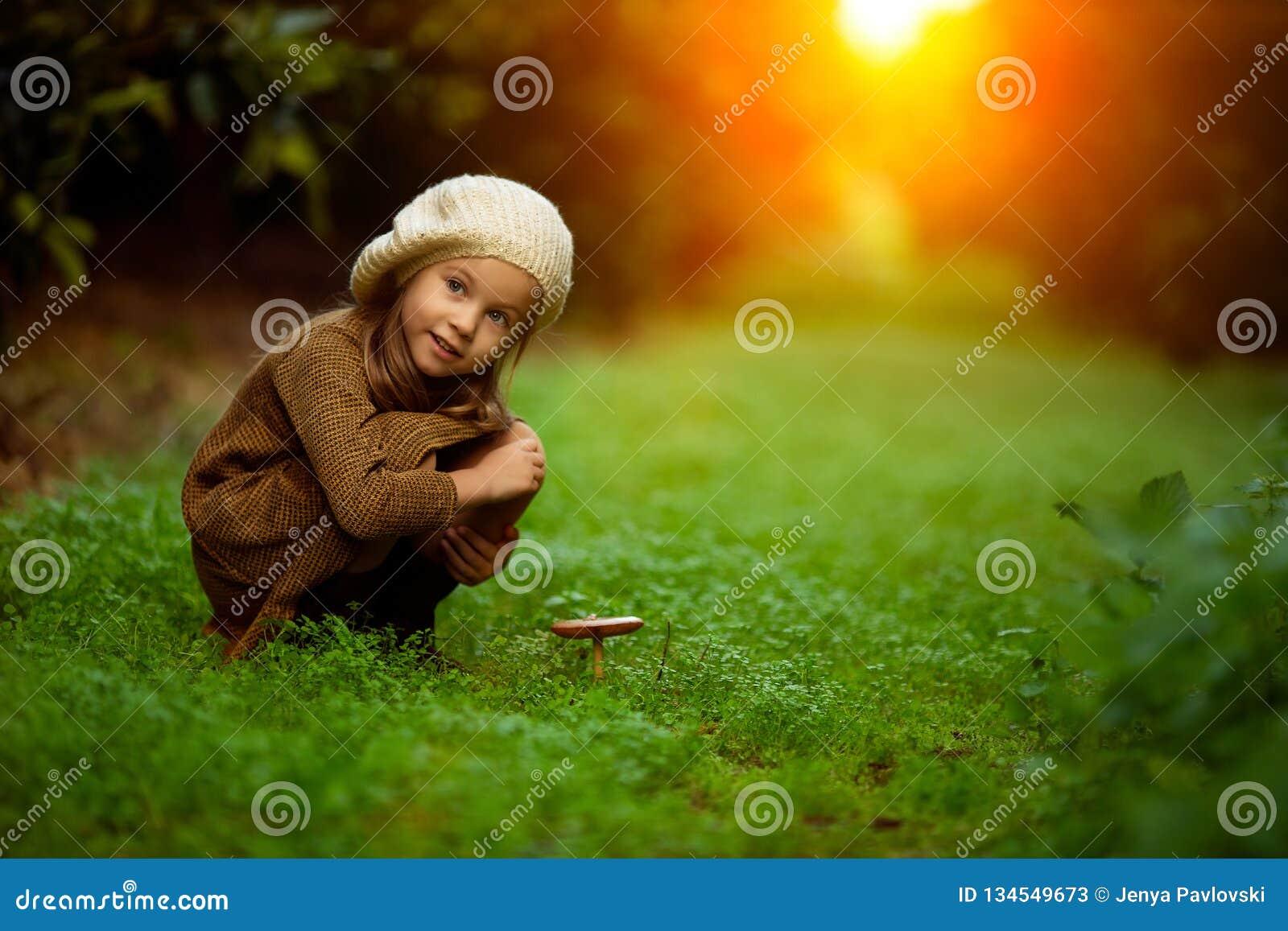 Förtjusande liten flicka som fotvandrar i skogen på sommardag