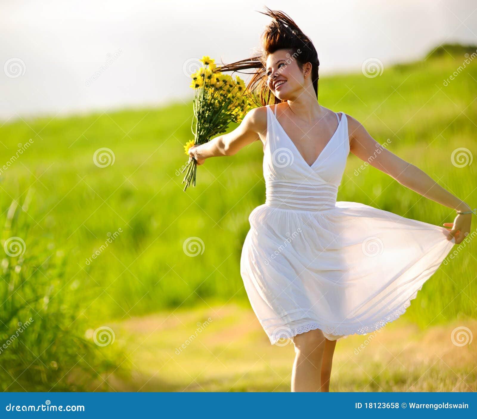 Förtjusande lycklig hoppande over sommarkvinna