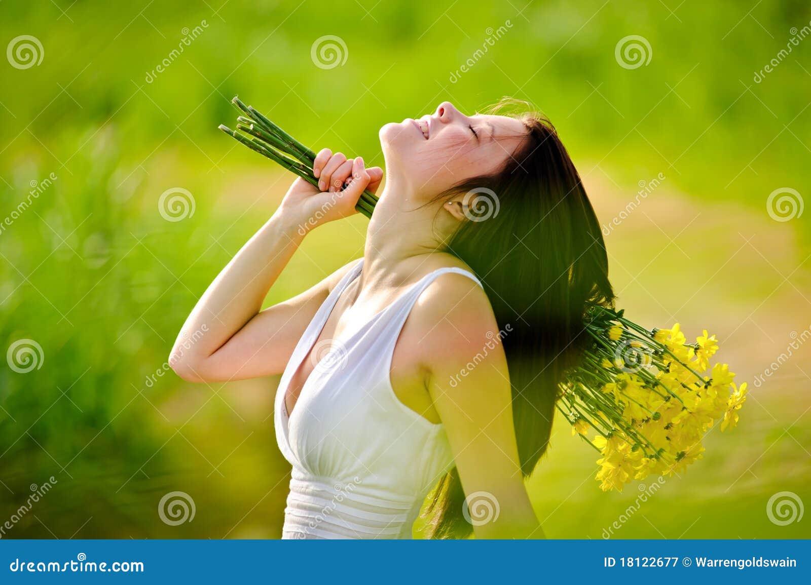 Förtjusande lycklig sommarkvinna