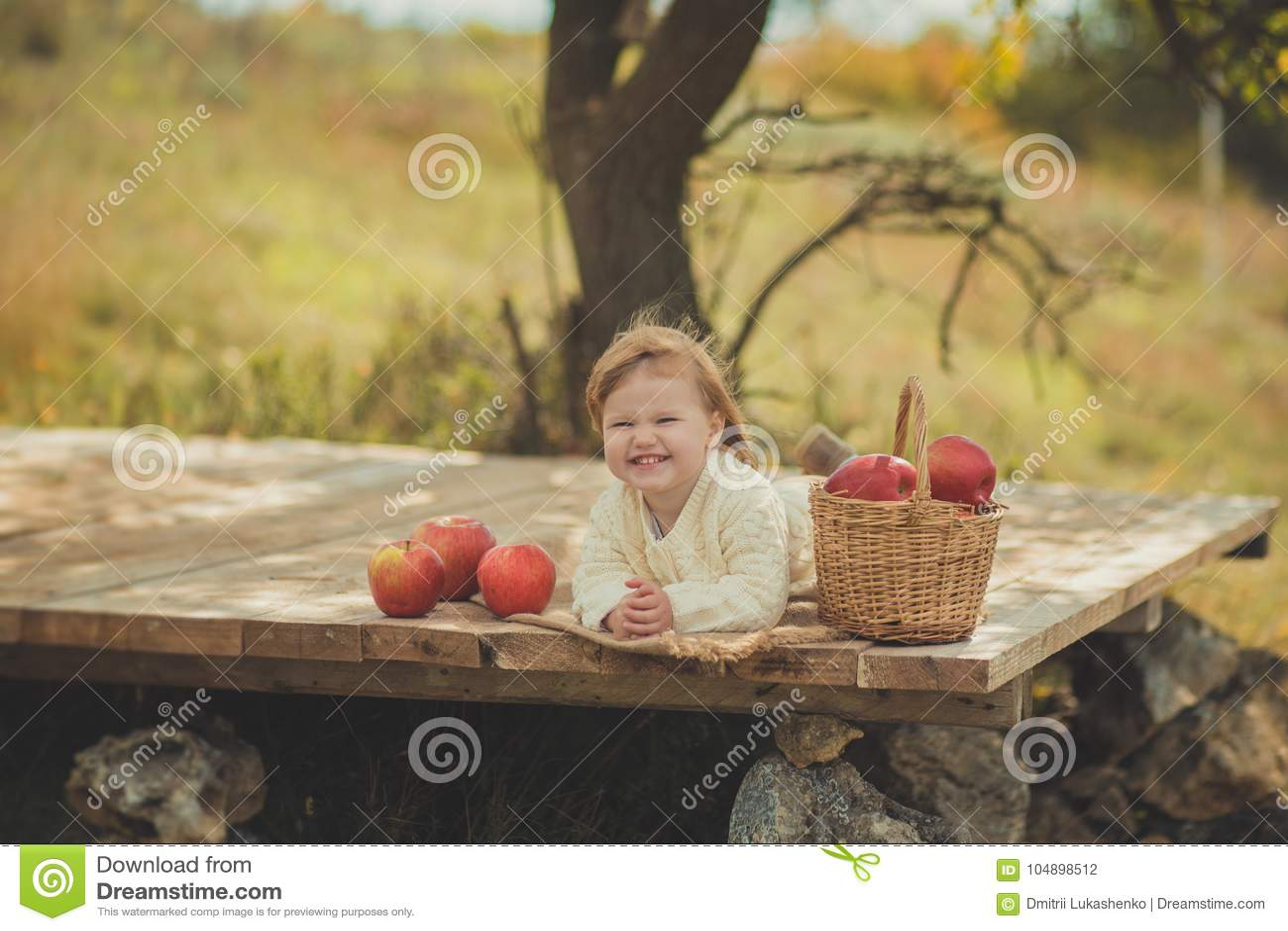 Förtjusande nätt behandla som ett barn flickan med bärande elfenbenfärg för blont rött hår som den vita tröjan tycker om livtid i
