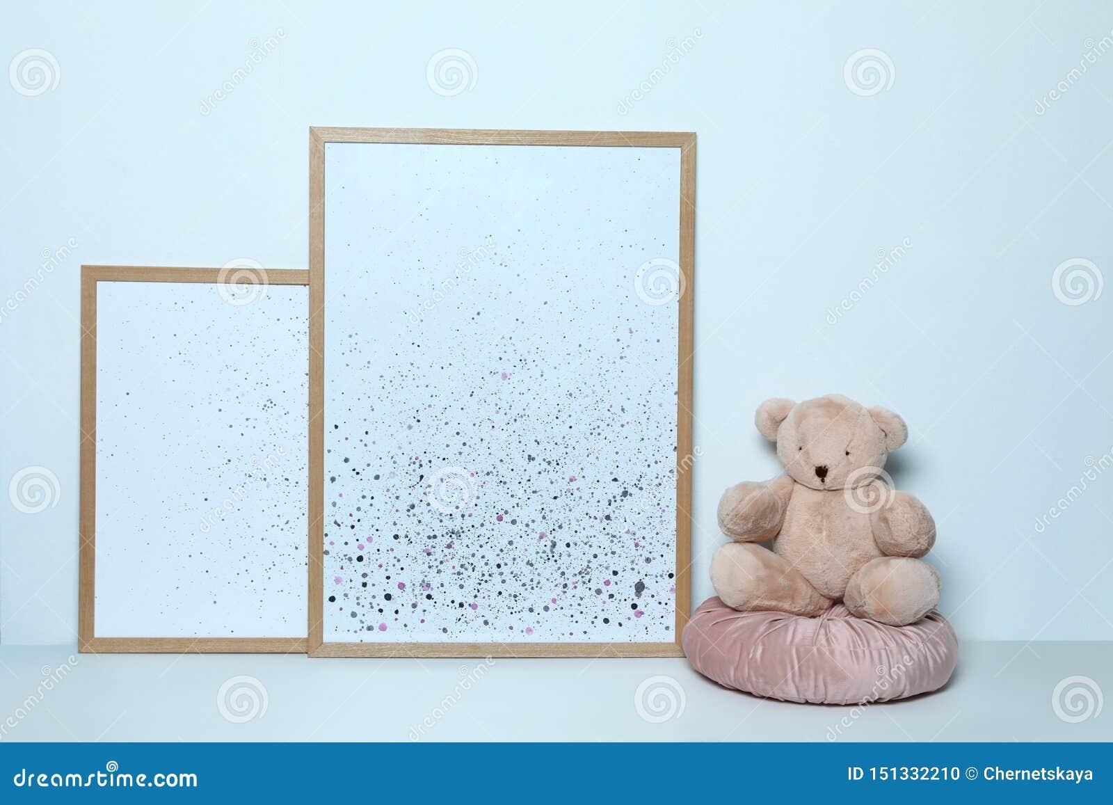 Förtjusande nallebjörn och bilder Inre dekor för barnrum
