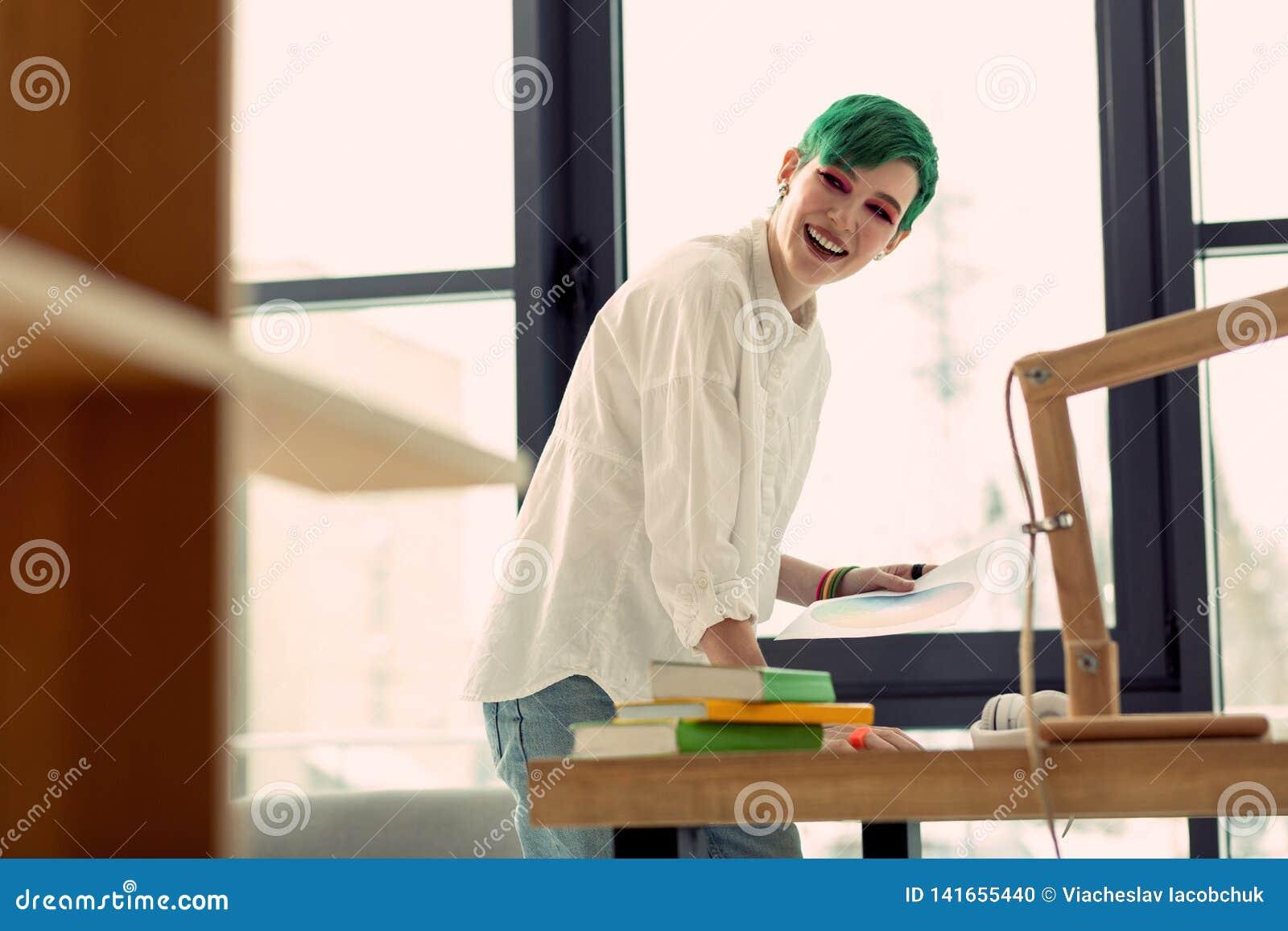 Förtjust lycklig kvinna som tycker om hennes idérika jobb
