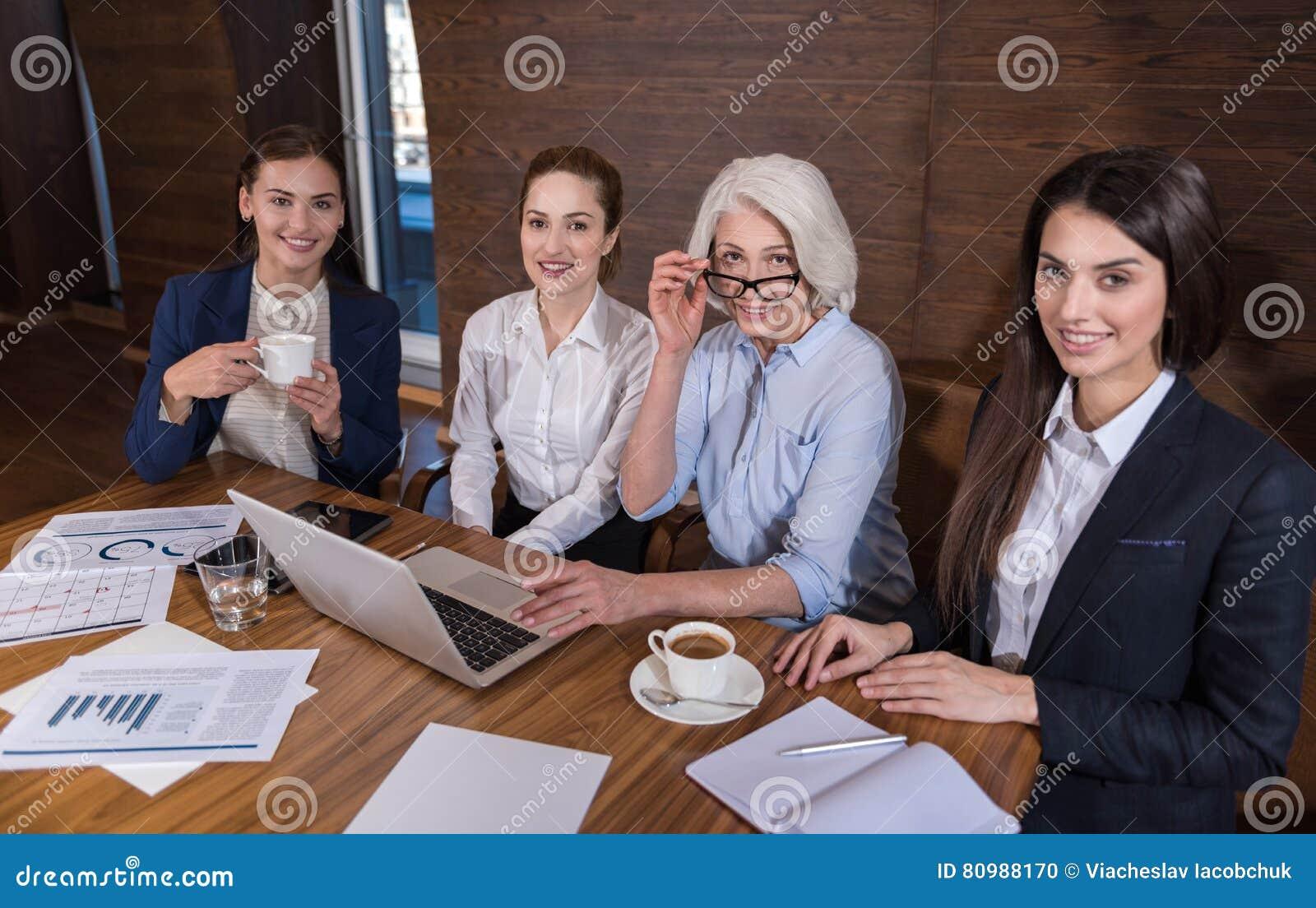 Förtjusta kollegor som poserar efter arbete