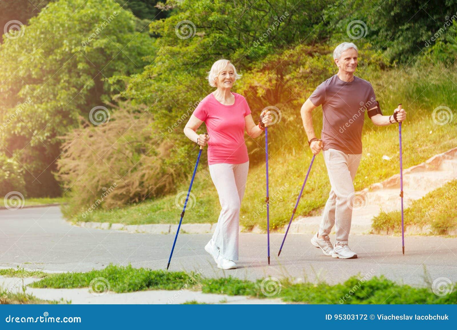 Förtjusta positiva par som leder en aktiv livsstil