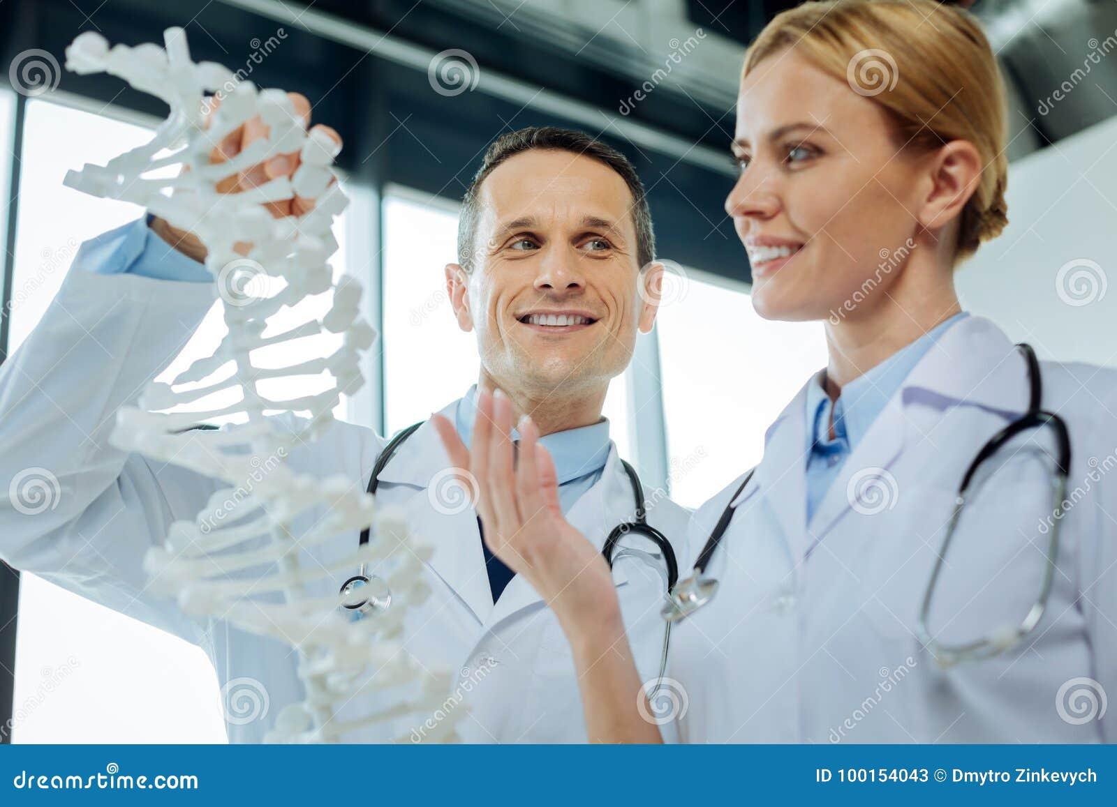 Förtjusta smarta forskare som studerar genom