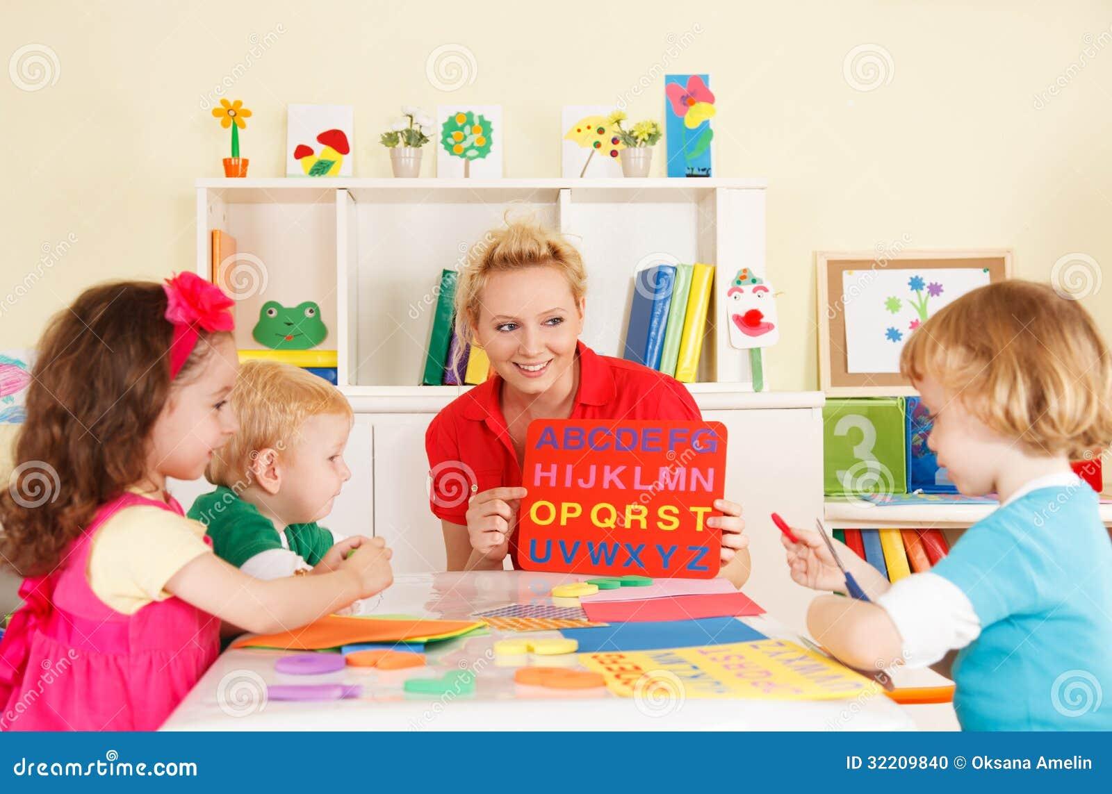 Förträningsbarn i klassrumet med läraren