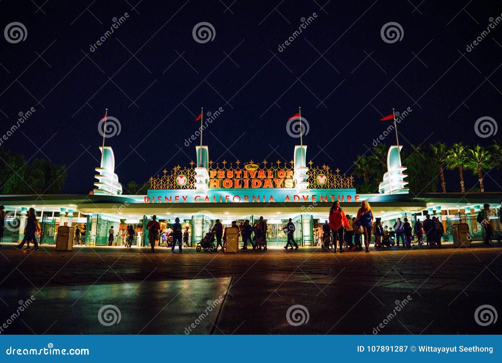 Förutom ingång och utgång av Kalifornien Disney nöjesfält på natten med den lokala folk och handelsresanden på Anaheim Los Angele