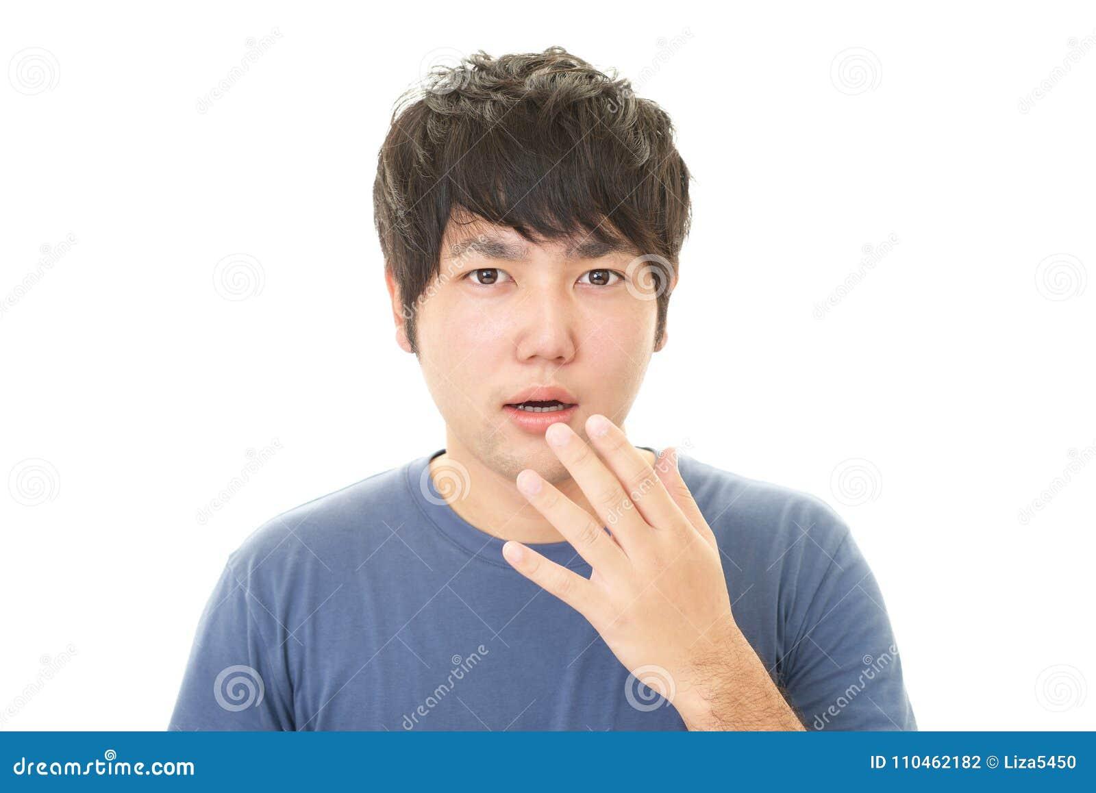 Förvånad asiatisk man