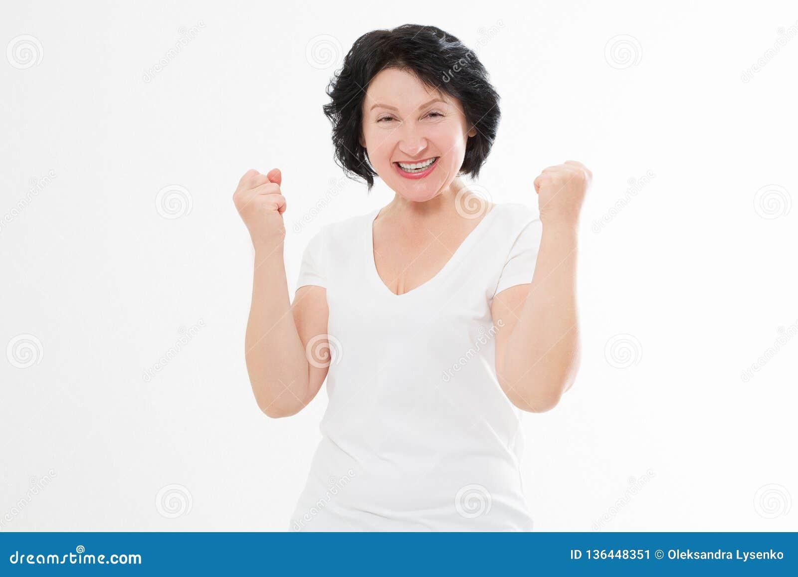 Förvånad för ålderkvinna för chockad upphetsad asiat som mellersta framsida för skrynkla isoleras på vit bakgrund Kvinnlig skjort