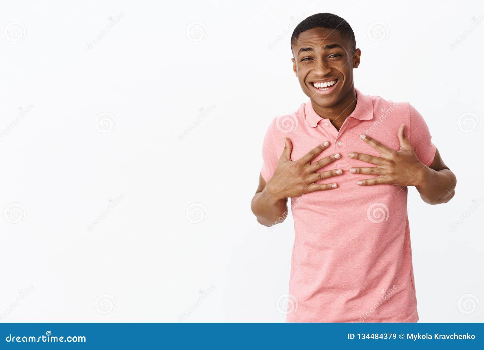 Förvånad för midja-uppskottnolla lycklig och förtjust stilig ung afrikansk amerikangrabb som trycker på händer för att gå mot som