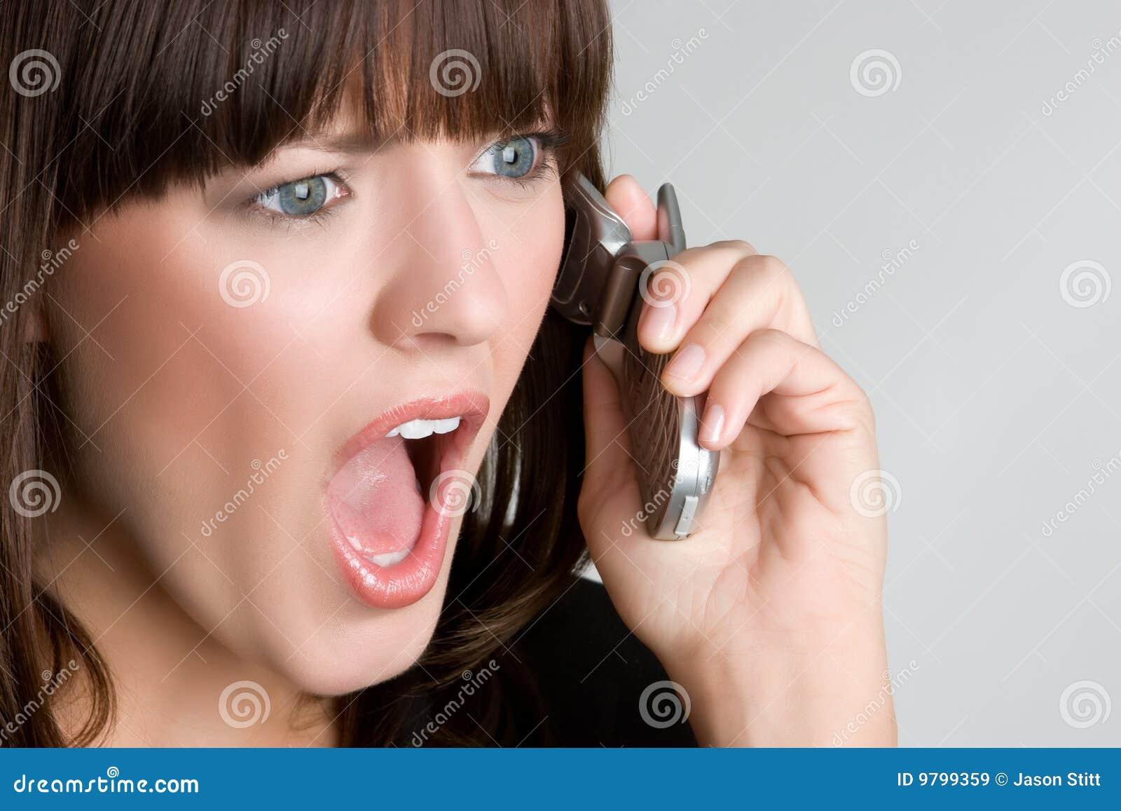 Förvånad kvinna för telefon