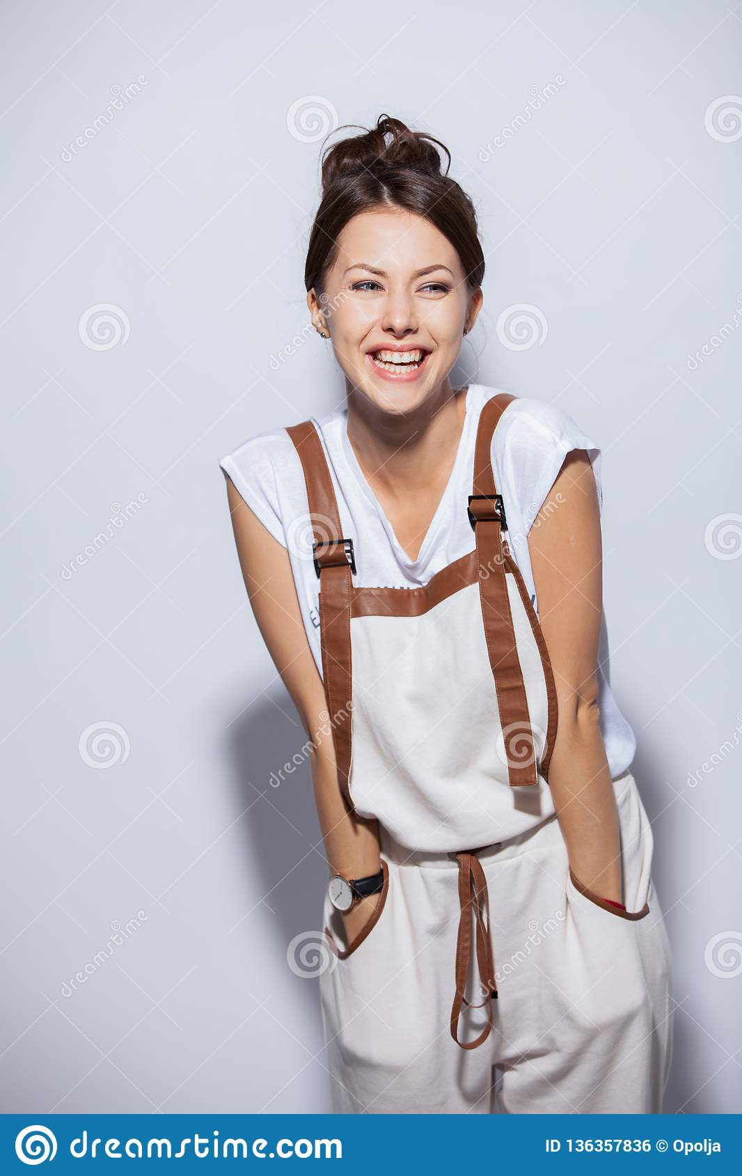 Förvånad lycklig härlig kvinna i spänning bakgrund isolerad white