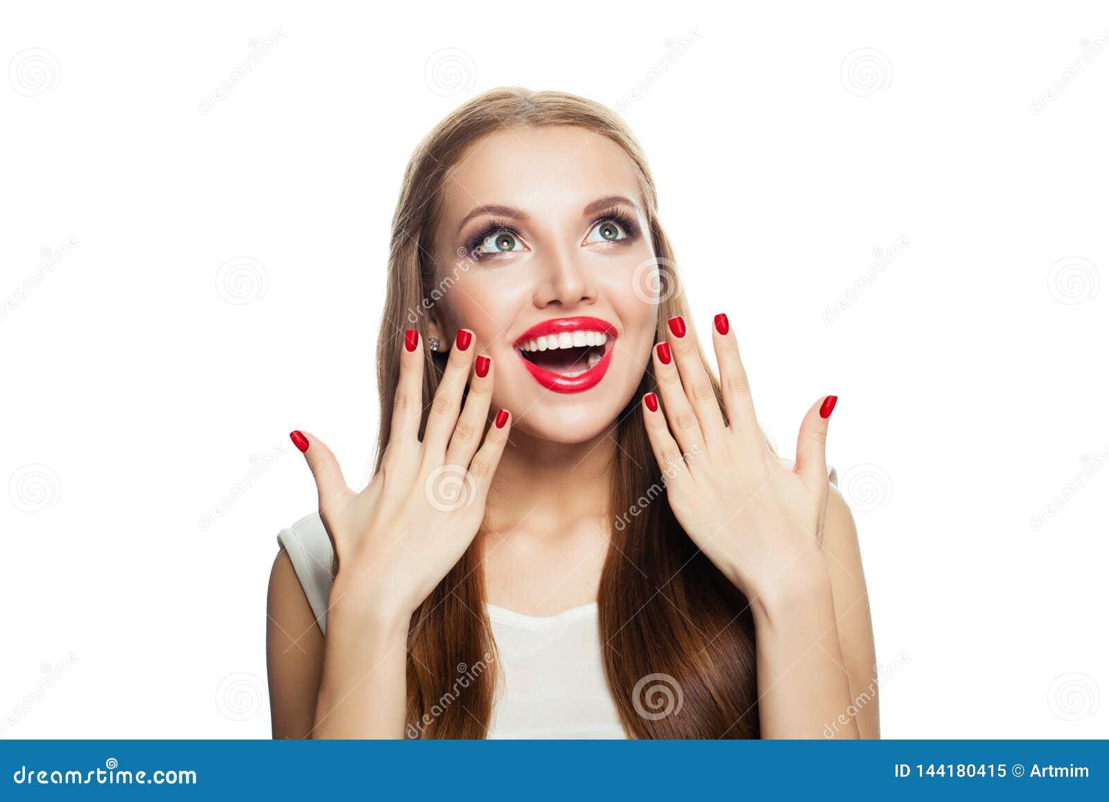Förvånad upphetsad modell som isoleras på vit bakgrund Skratta kvinnan som ser upp