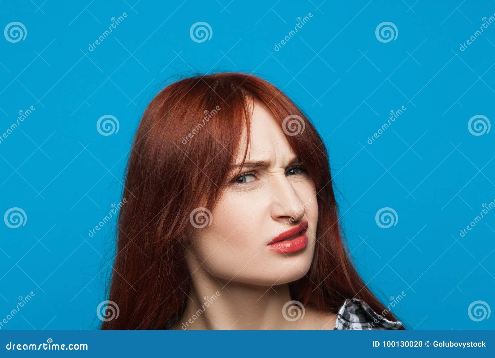 Förvirrad flickastående Misstrogen kvinna
