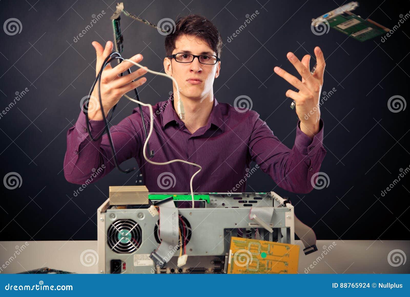 Förvirrad Nerd med massor av maskinvara
