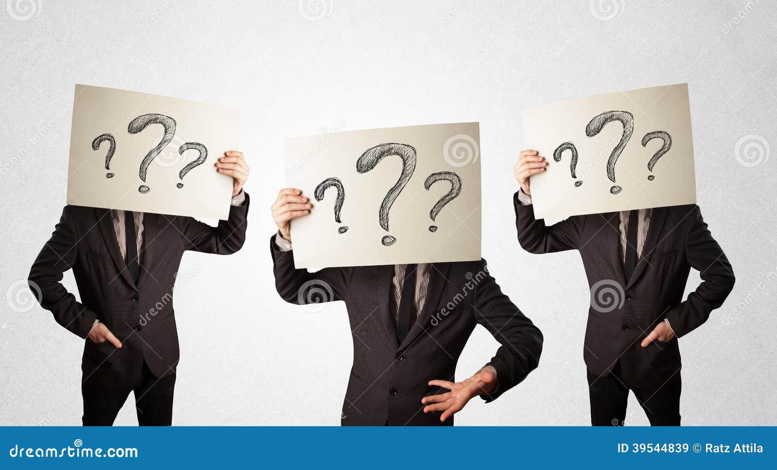 Förvirrade män i formellt göra en gest med frågefläckar på cardboar