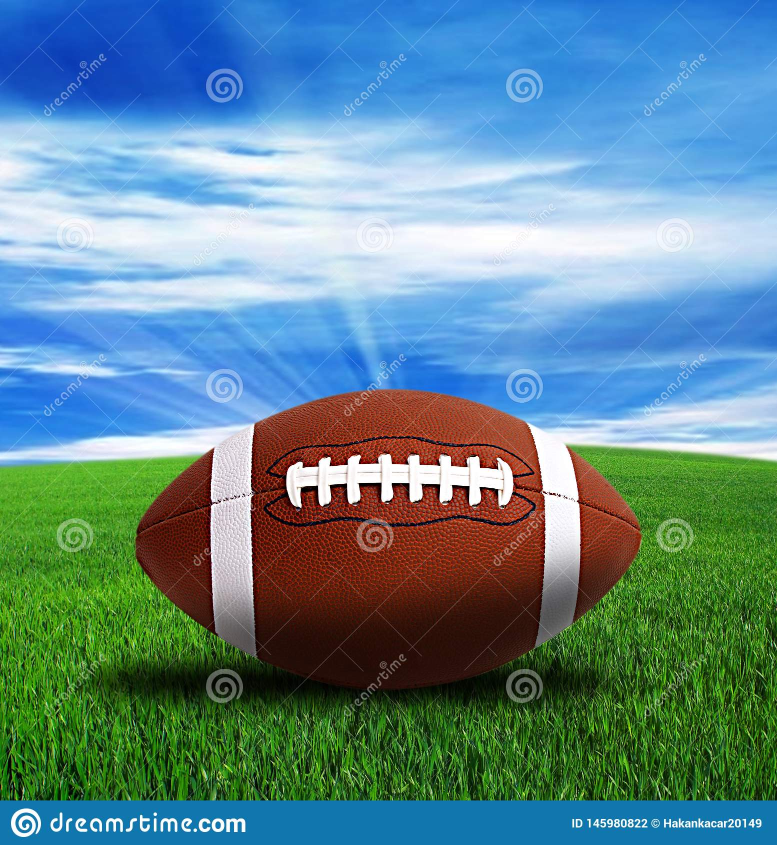 Fútbol americano, campo verde y cielo azul