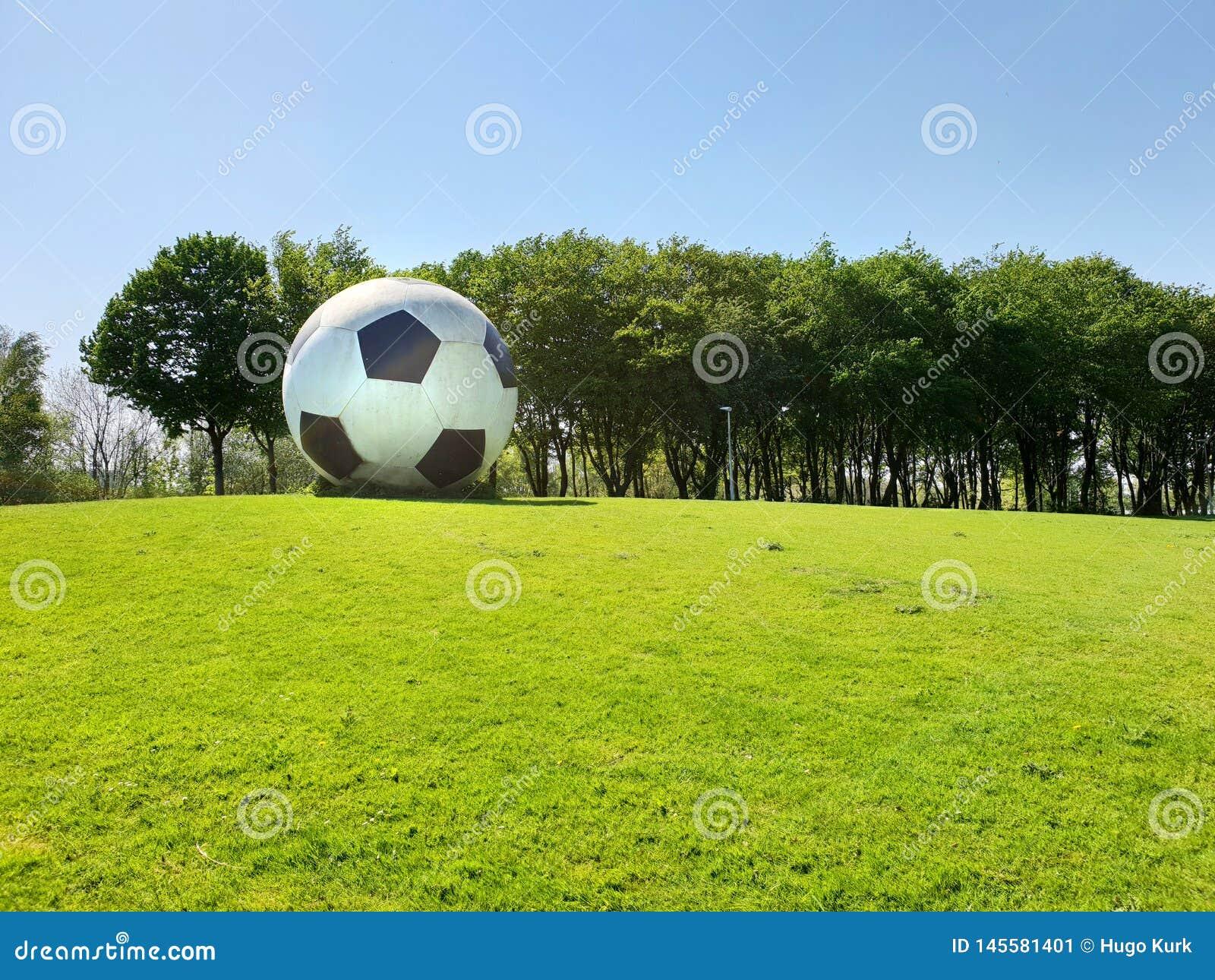 Fútbol de gran tamaño como ilustraciones en espacio público