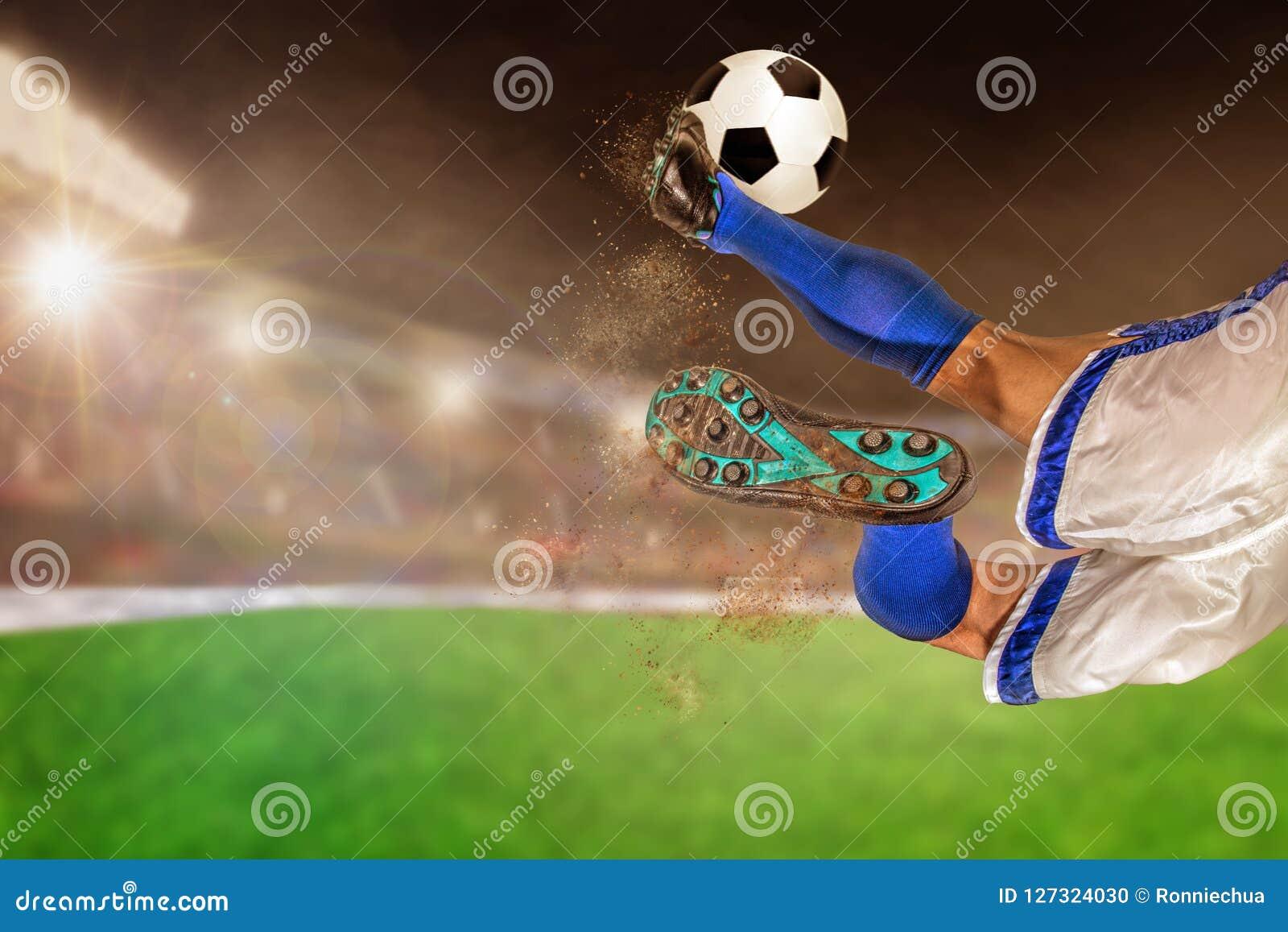 Fútbol de retroceso con el pie del jugador de fútbol en estadio al aire libre con la copia Spac