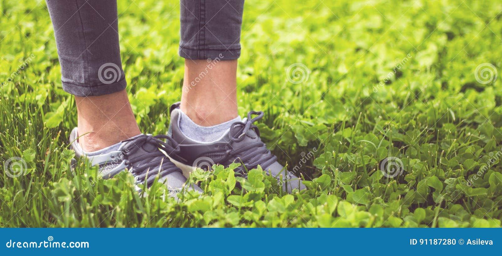 Füße Des Jungen Mädchens Im Sport Beschuht Turnschuhe Auf