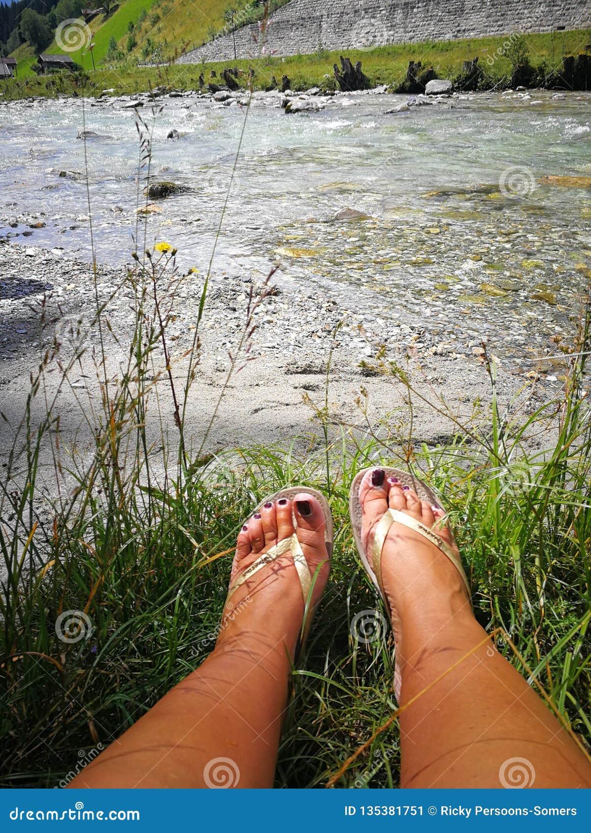 Füße durch den Fluss