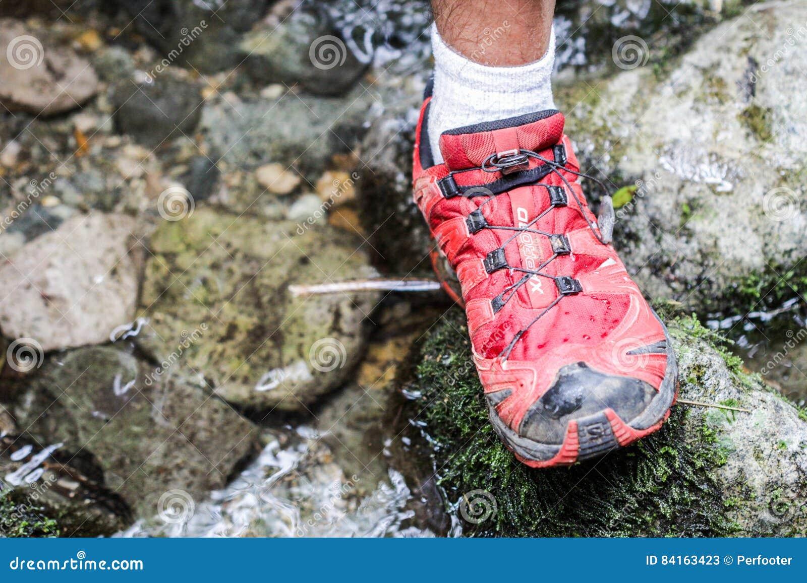 Männlichen Mit Füße Einer Wanderstock Einem Jungen Person 1TFK5l3uJc