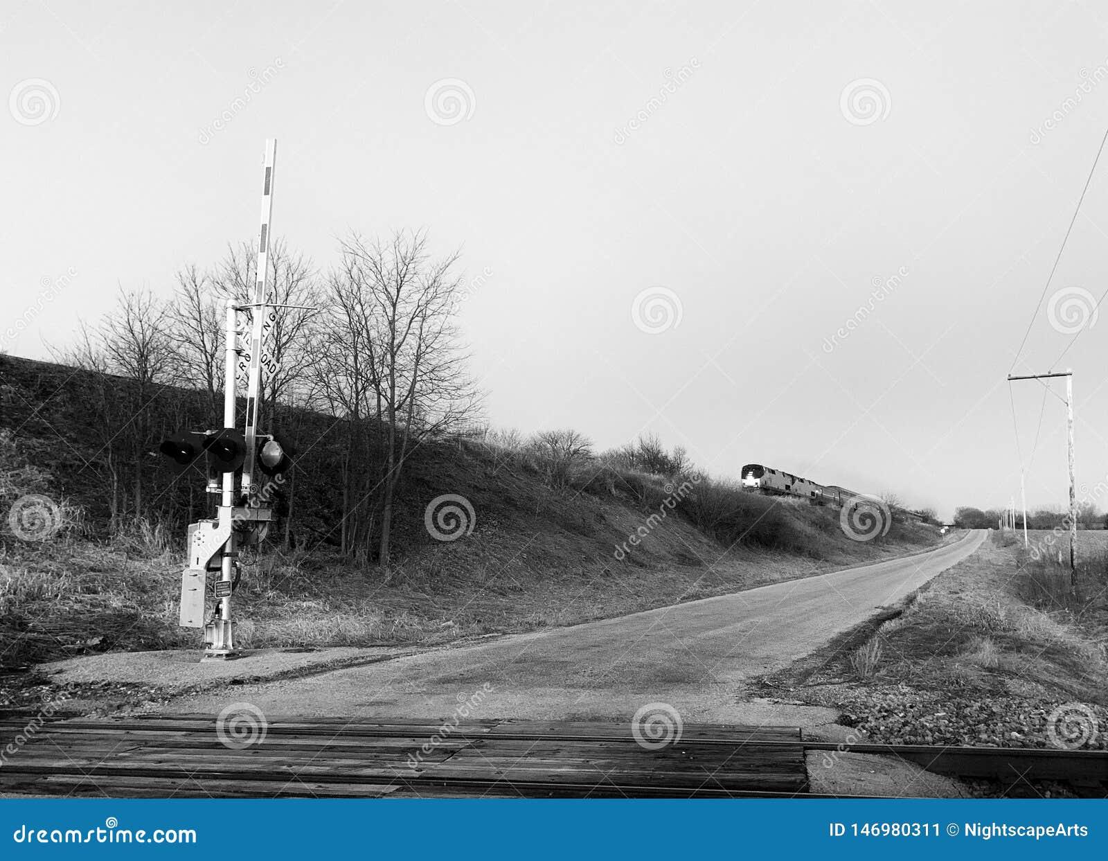 F?hren des Zugs auf der Eisenbahn in der Illinois-Landschaft