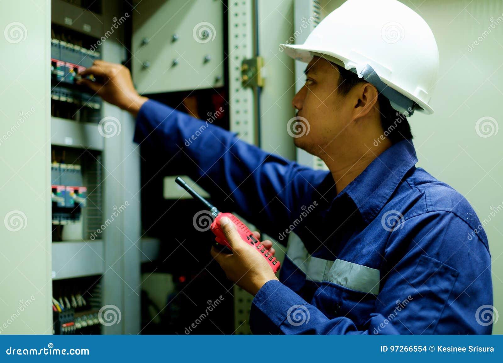 Führen Sie Schalter im elektrischen Kabinett an der Leitstelle einschalten aus
