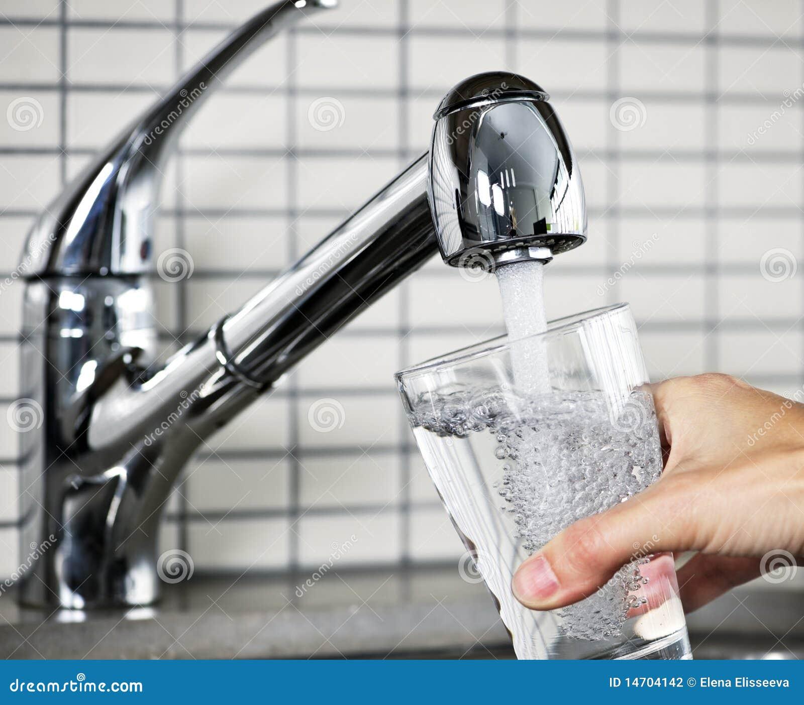 Füllendes Glas Leitungswaßer