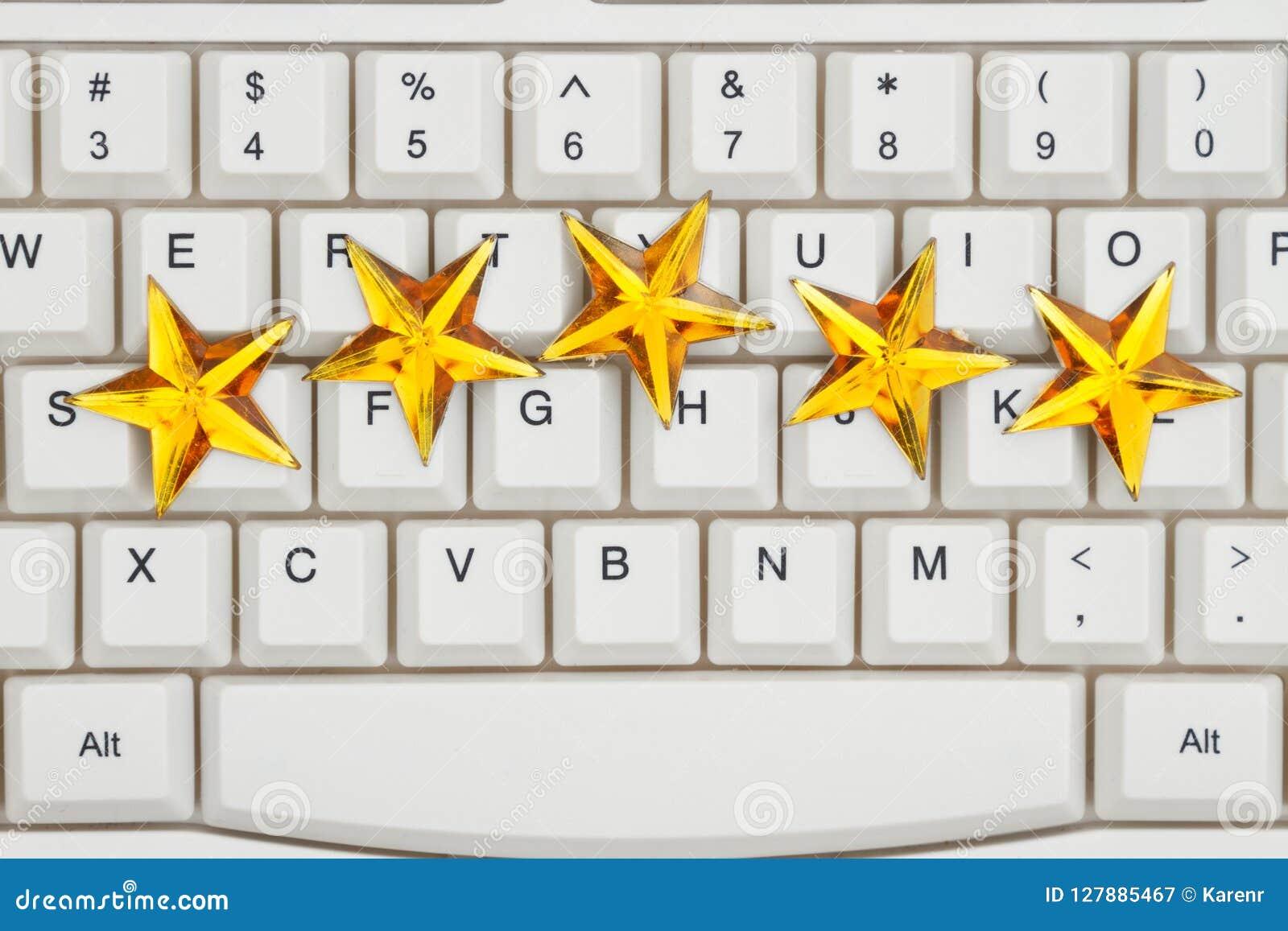 Fünf Goldsterne auf einer Tastatur