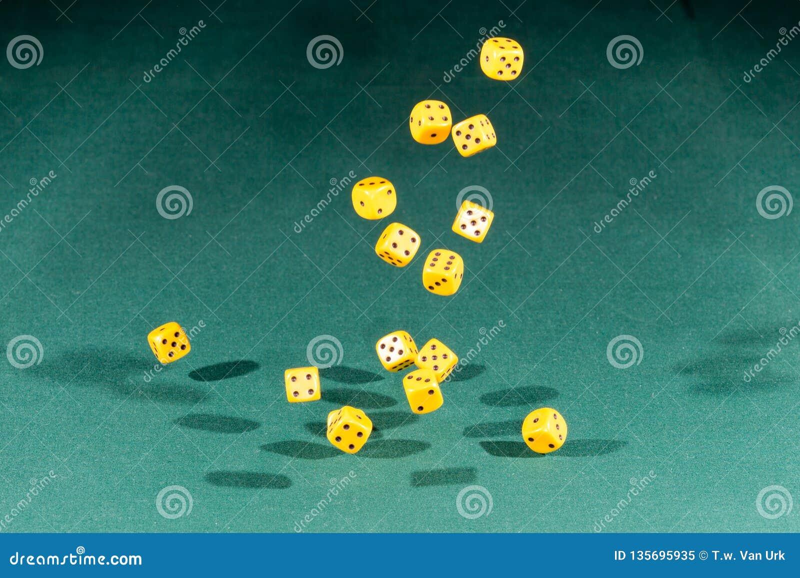 Fünfzehn gelb würfelt das Fallen auf eine grüne Tabelle