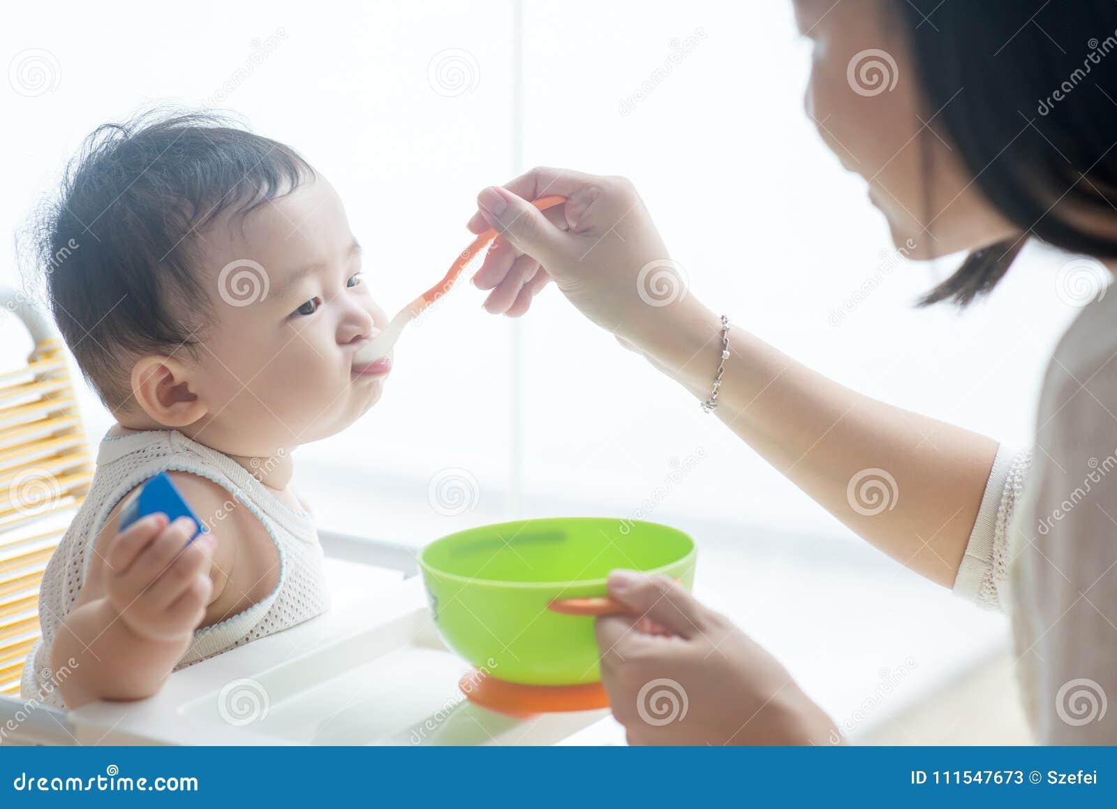 Fütterungsbaby der Mutter