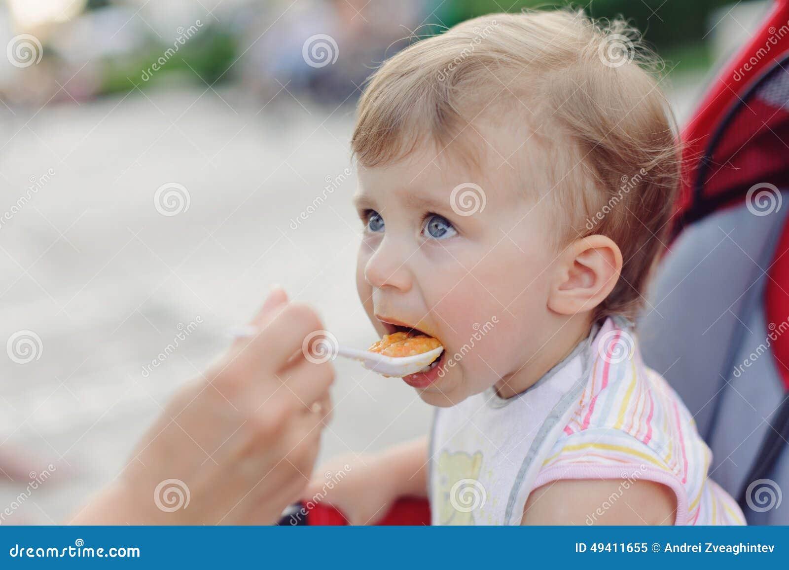 Download Fütterungskind stockbild. Bild von kindheit, kind, frühstück - 49411655