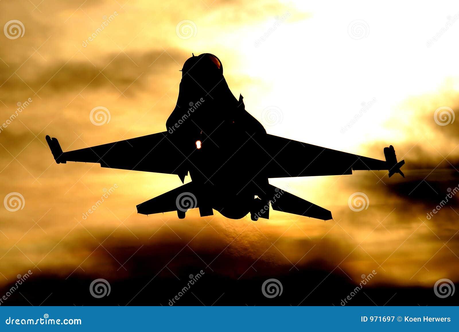 F-16 die bij zonsondergang landt