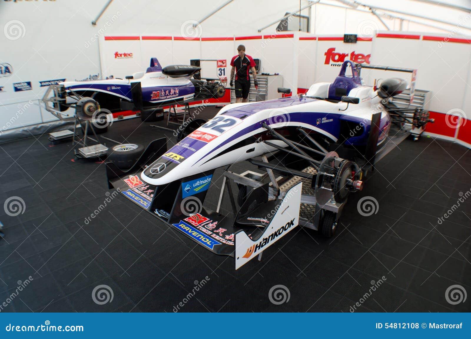 F3 auto s op hefbomen in Monza