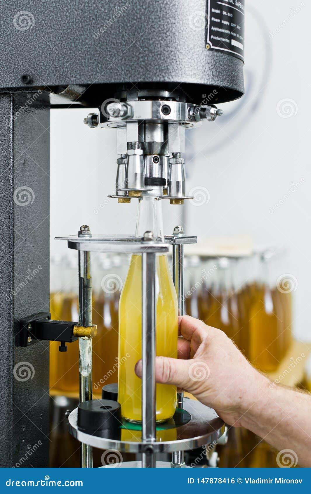 F?brica embotelladoa - l?nea de la botella de cerveza para la cerveza de proceso y embotelladoa en las botellas