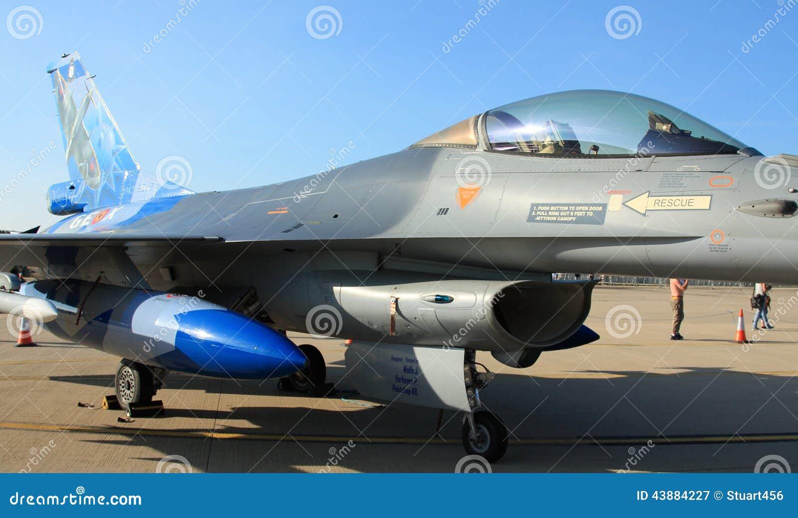 F16 die zich op tarmac bevinden