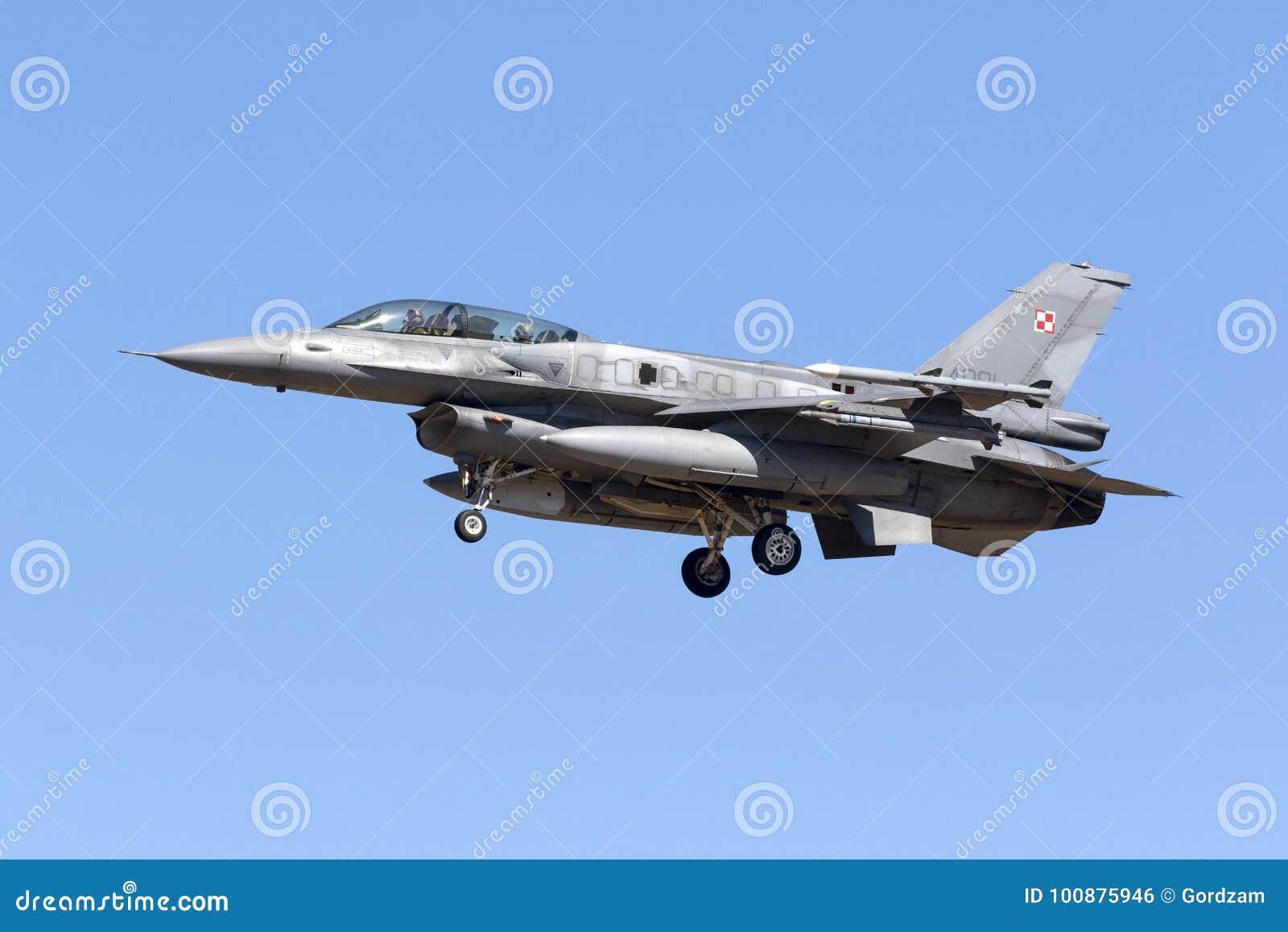 F-16DJ polonais avec les réservoirs de carburant isogones