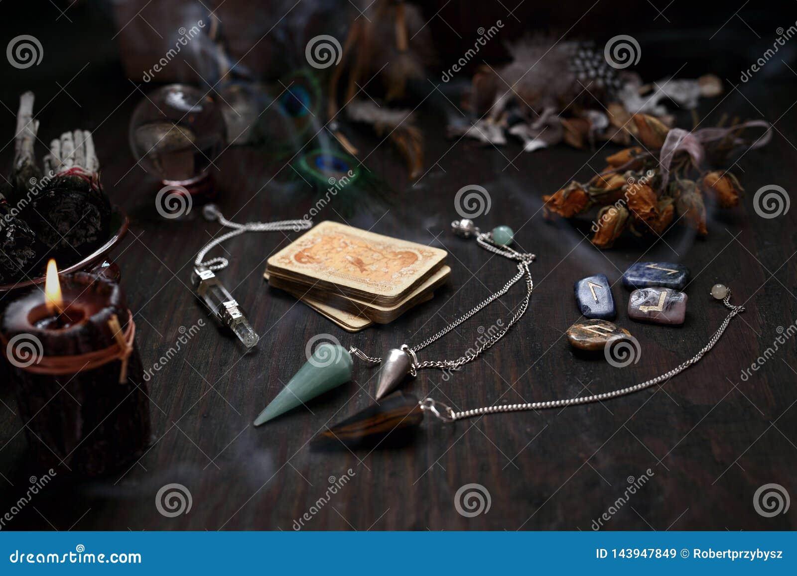 F?e Vieille plate-forme des cartes pour la divination et le pendule