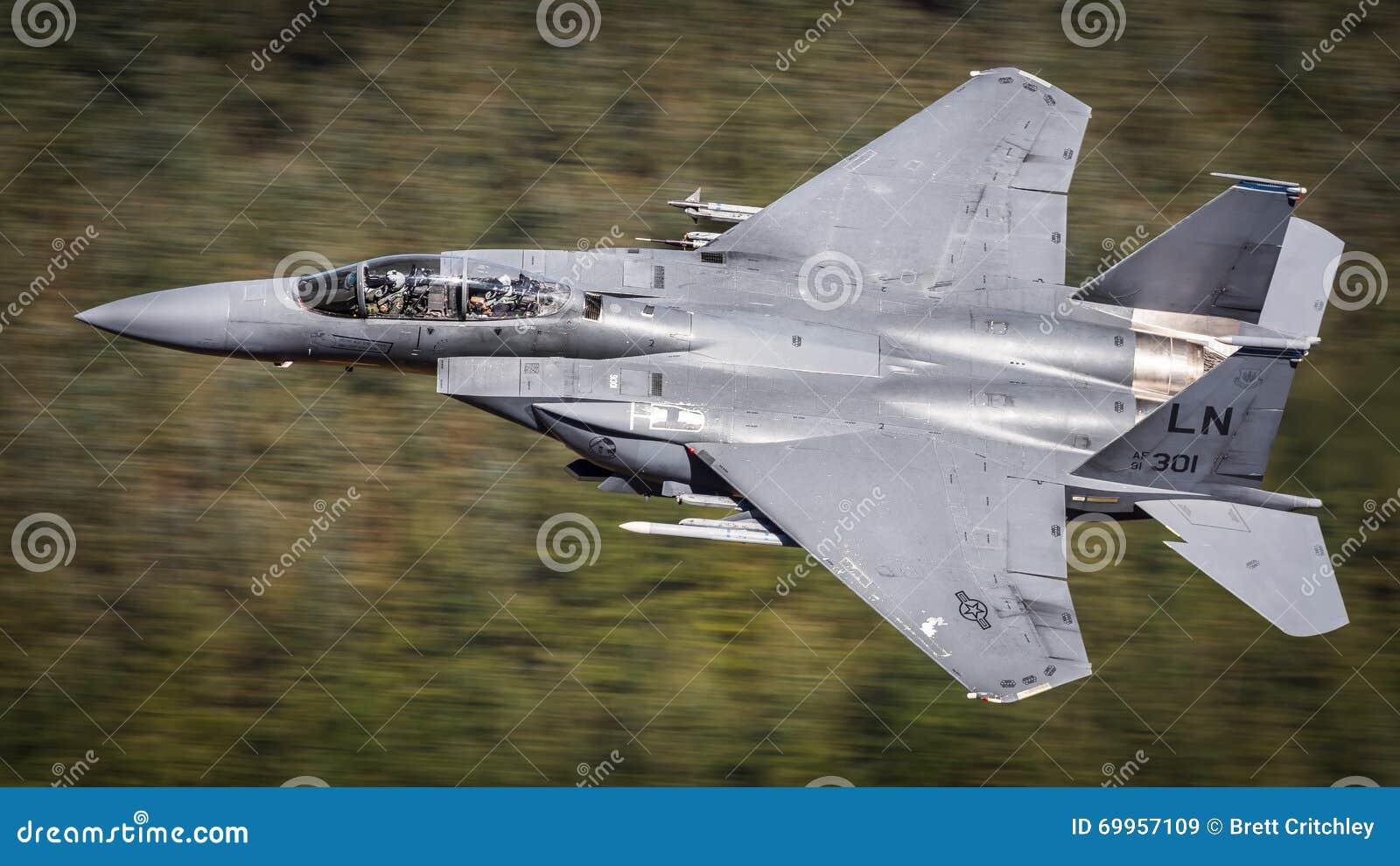 F15 huelga Eagle con el piloto y WSO