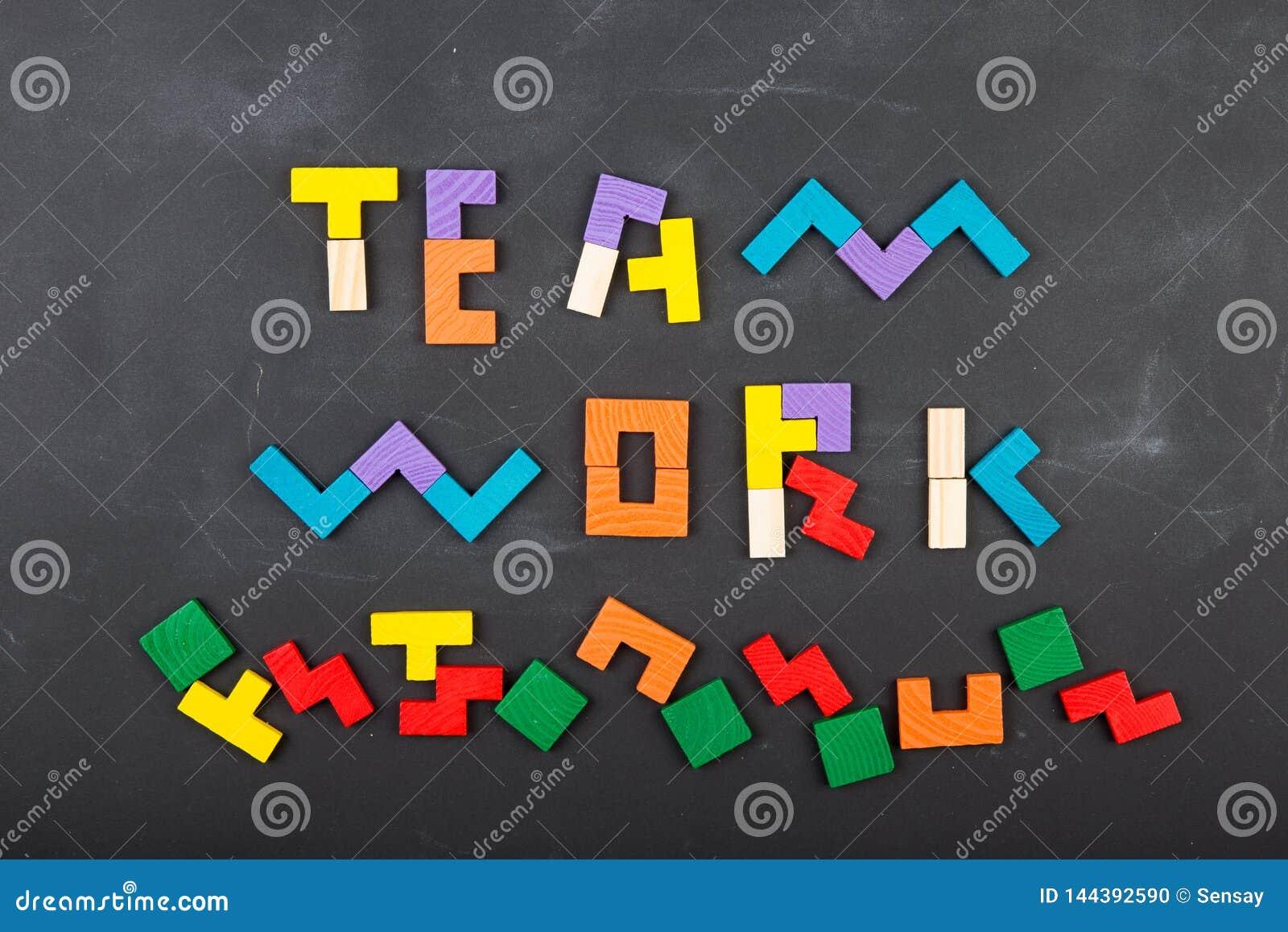 F?r begreppsbegrepp f?r teamwork id?rik figurs?g p? svart tavla