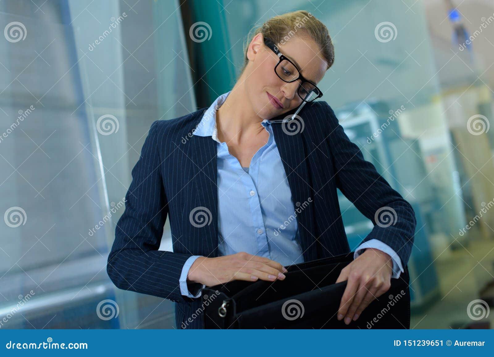 F?r datordekor f?r svart kaffe working f?r kvinna f?r stil f?r kontor f?r b?rbar dator f?r utg?ngspunkt f?r skrivbord retro