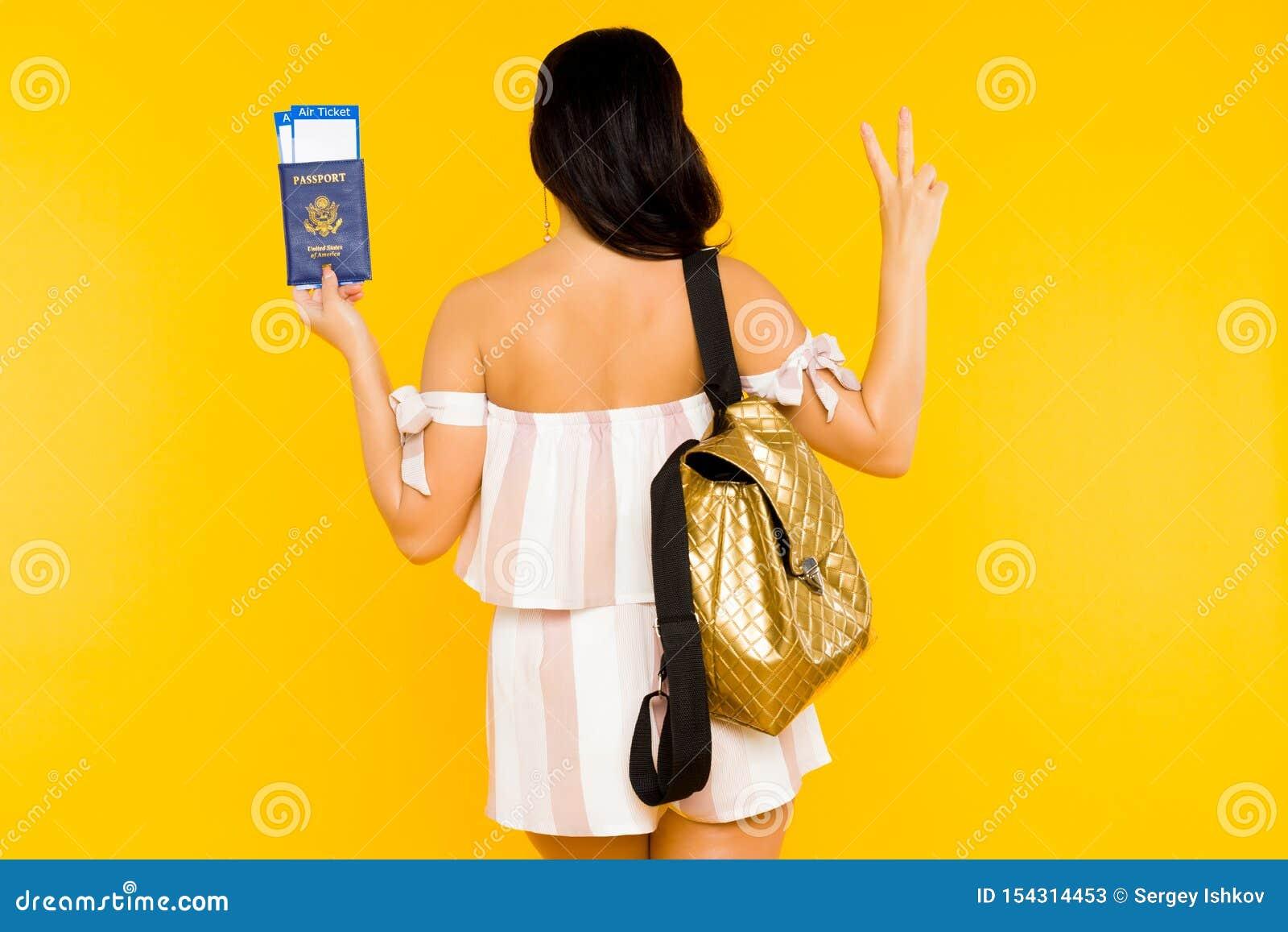 F?r dublin f?r bilstadsbegrepp litet lopp ?versikt Ungt asiatiskt kvinnainnehavpass med biljetter som tillbaka står med tecknet f