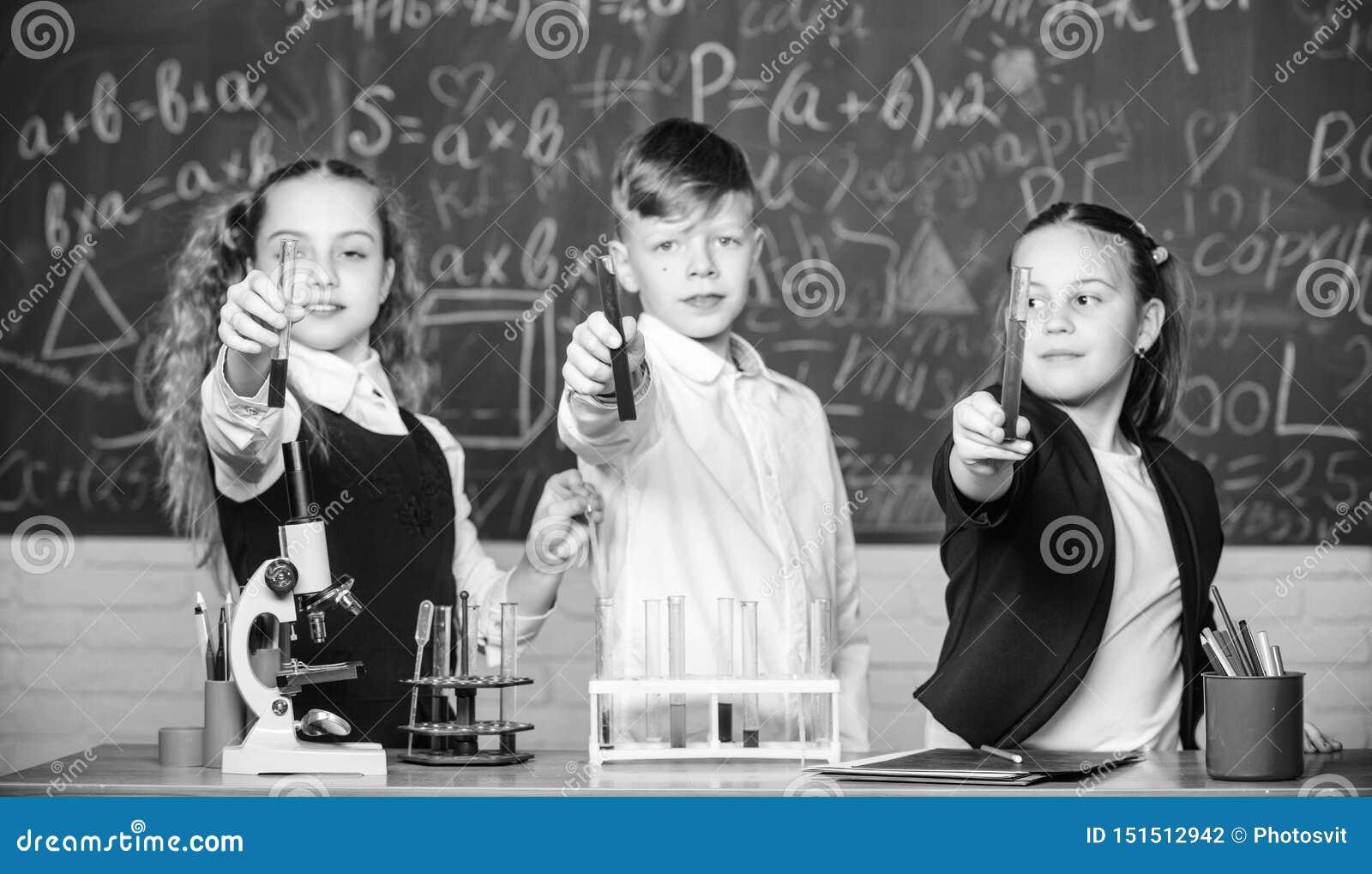 F?r ein besseres morgen Labormikroskop und Reagenzgl?ser Chemiewissenschaft Kleinkindwissenschaftler, der herein Chemie erwirbt