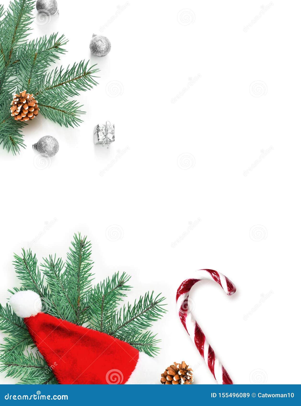 F?r julsammans?ttning f?r bauble bl?tt exponeringsglas Gåva, gran, julhatt och söt krycka på vit bakgrund Jul vinter, begrepp f?r