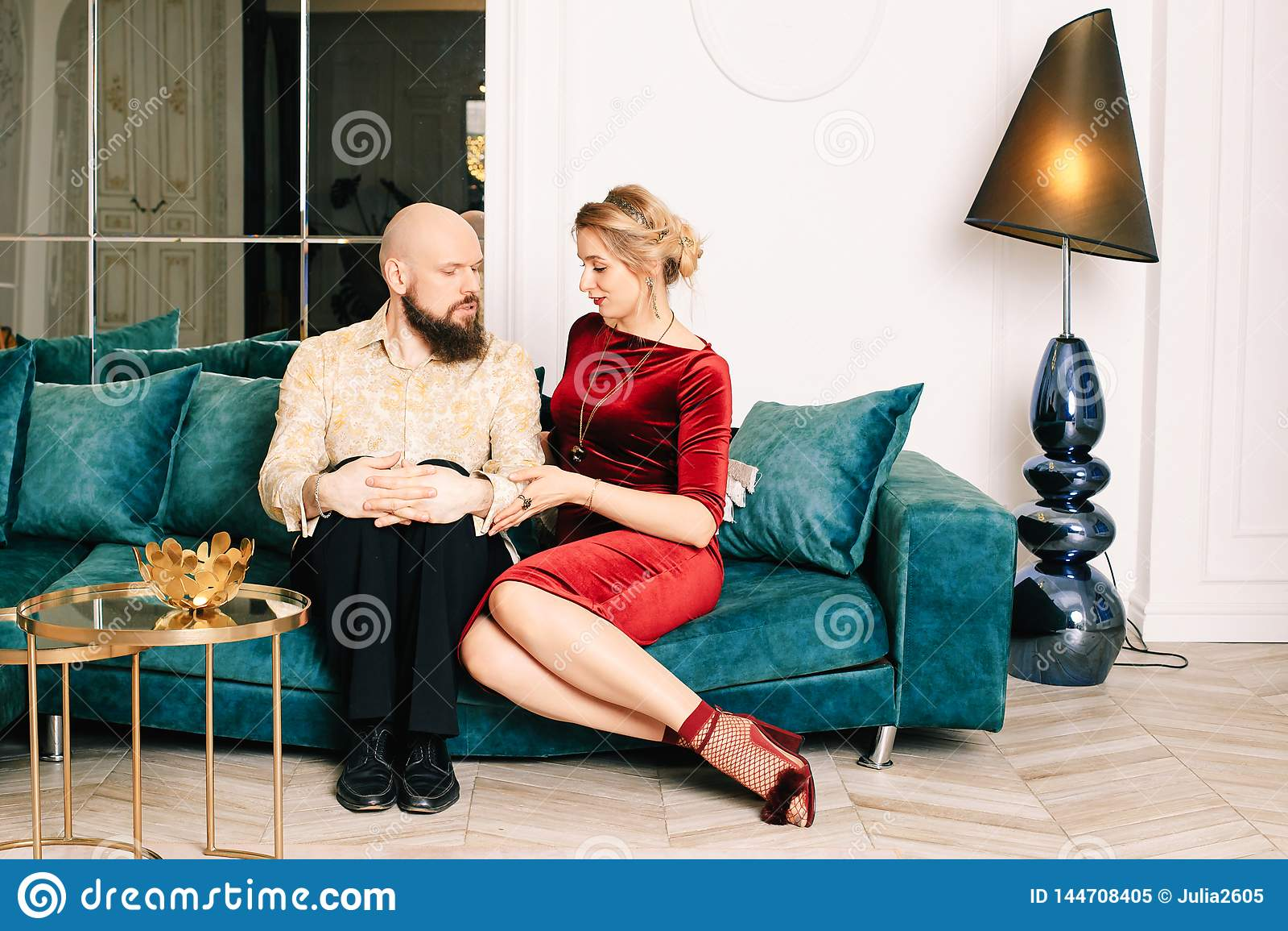 F?r?lskat sammantr?de f?r h?rliga par p? soffan