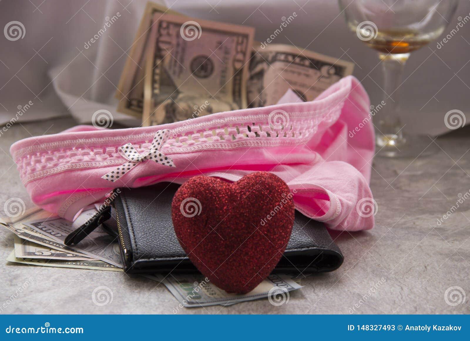 F?r?lskelse f?r pengar ?r prostitution Ett skrynkligt ark, ett exponeringsglas av vin och pengar i hennes underkl?der ?r k?nsbest