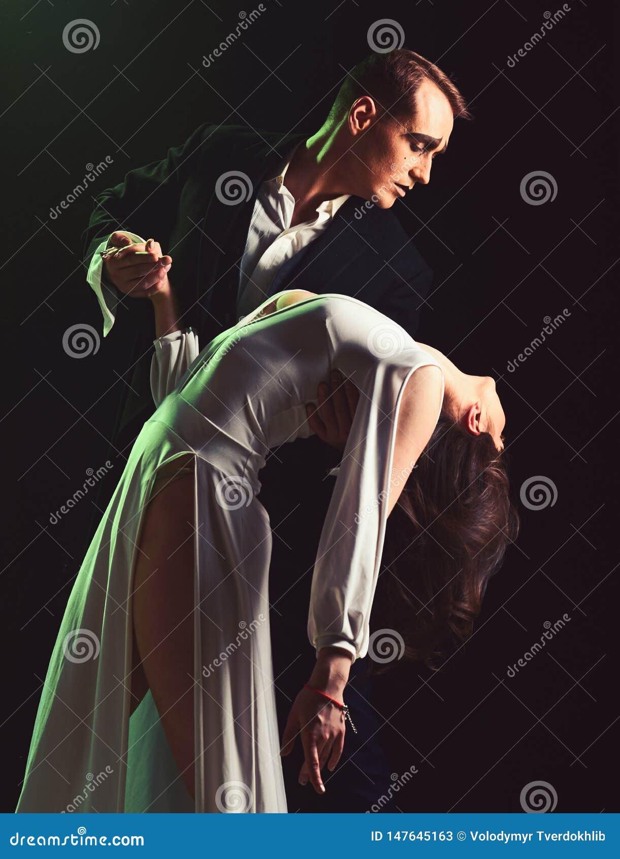 F?r m?nga sinnesr?relser farsman- och kvinnahandling i romantisk plats Par av farskonstn?rer utf?r romans p? etapp Par in