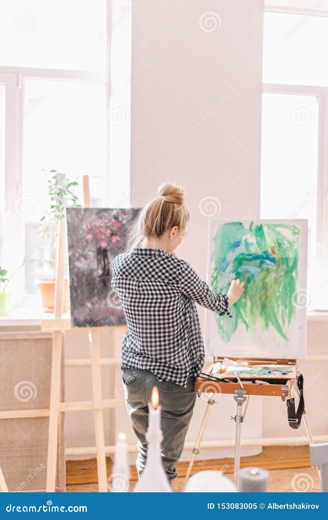 F?r slut f?r baksidasikt upp foto unga flickan är bra på målning