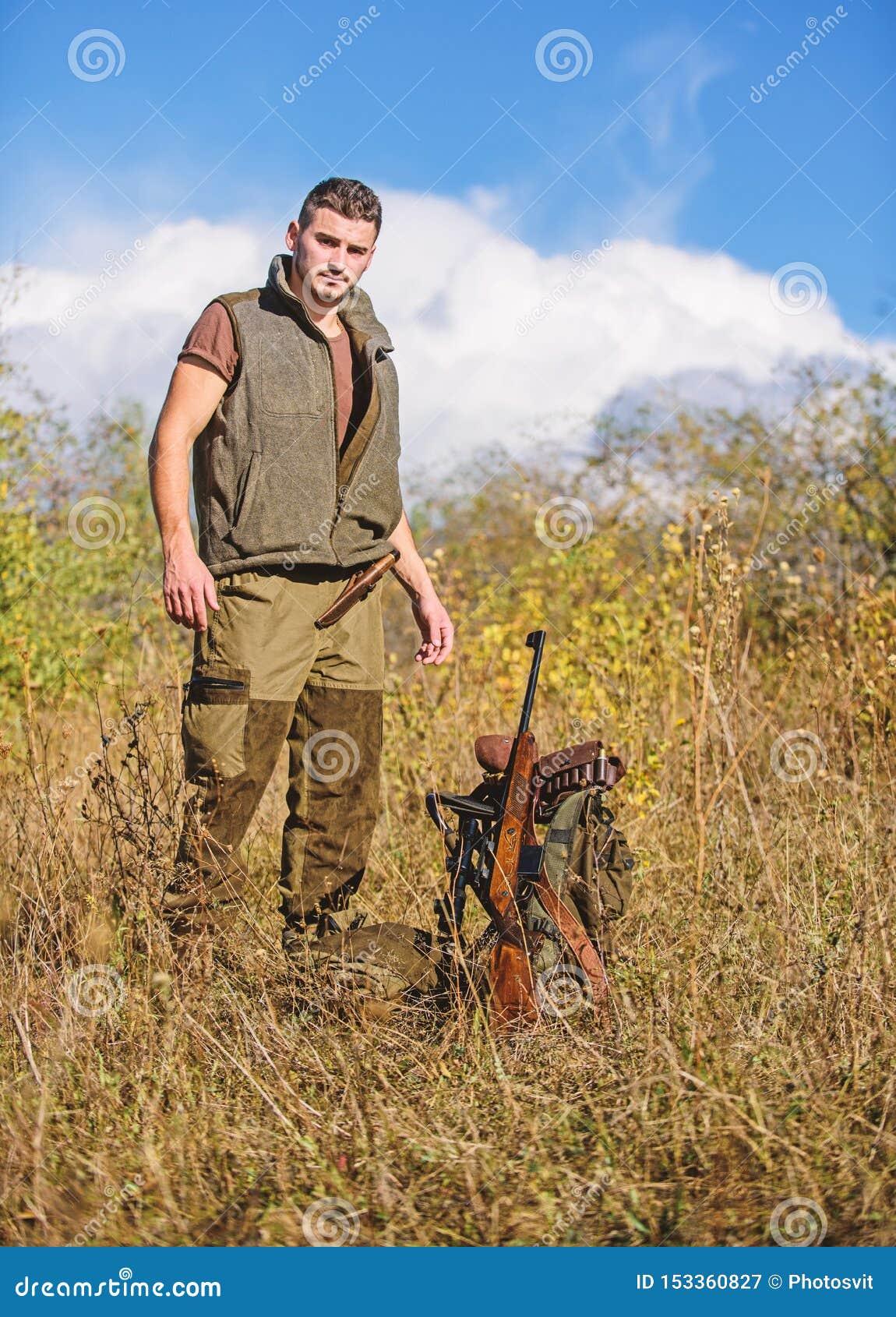 F?rbered sig f?r att jaga Vad du b?r ha stund som jagar naturmilj?n Man med naturen f?r gev?rjaktutrustning